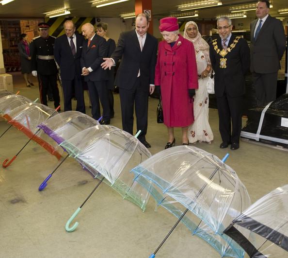 Королева Англии выбирает зонт Fulton