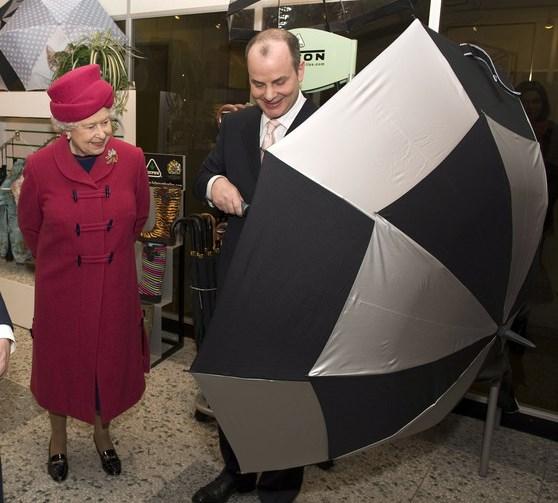 Сын Арнольда Фултона показывает зонт Fulton